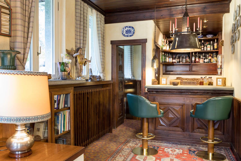 Il bar dell'hotel dove poter degustare un vino della Valle d'Aosta.