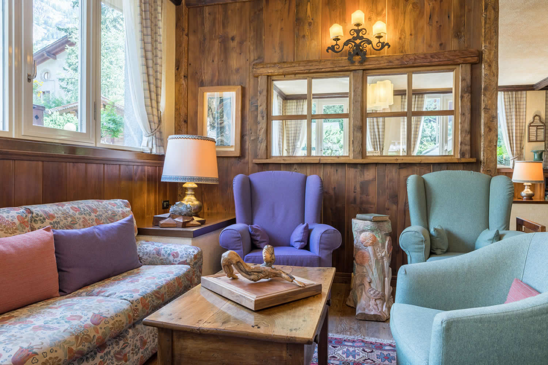 Le salon est un lieu accueillant et chaleureux où vous pourrez prendre une bière, un cocktail ou un verre de vin.