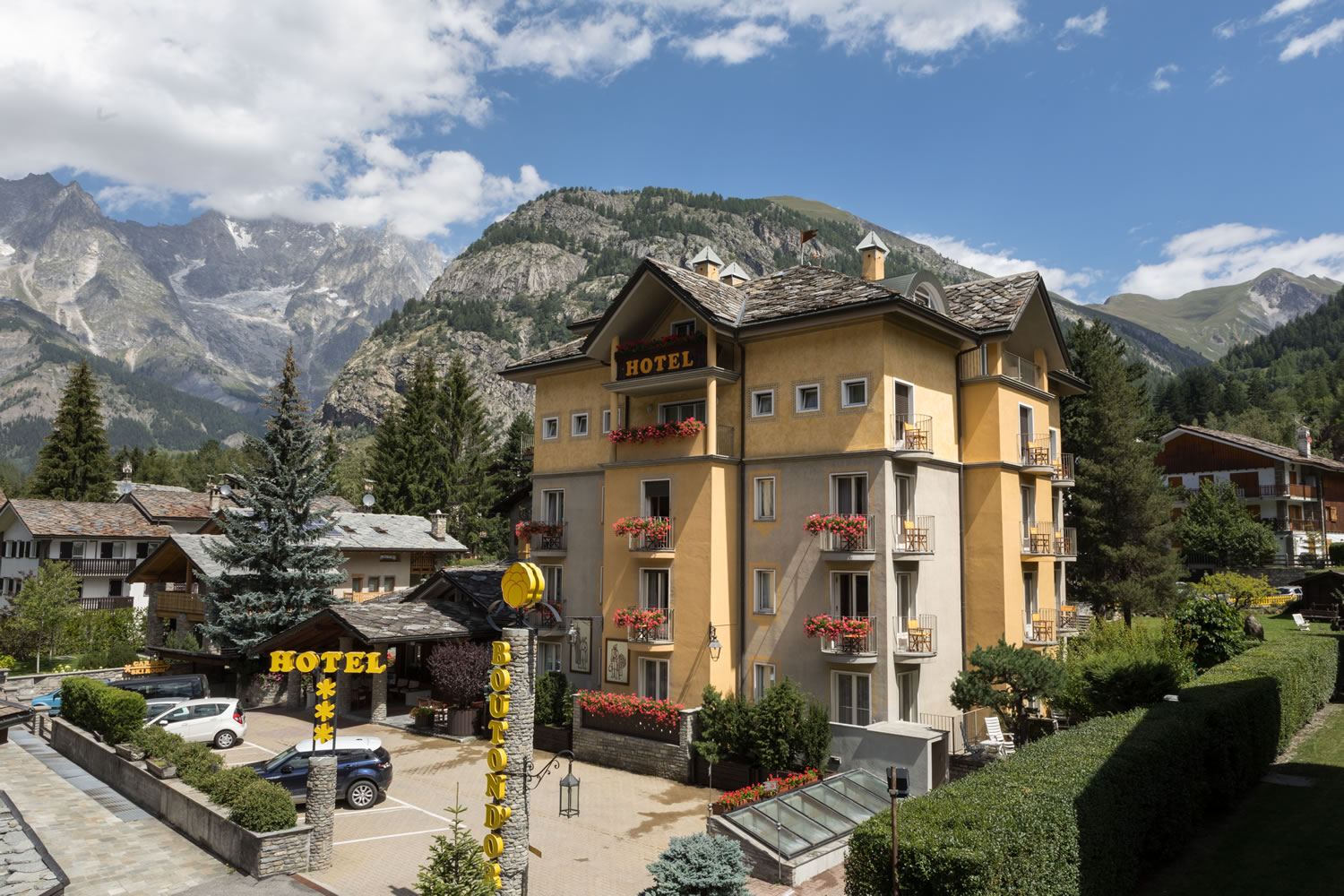 The Bouton d'Or hotel has its own car park and garage. In the centre of Courmayeur.
