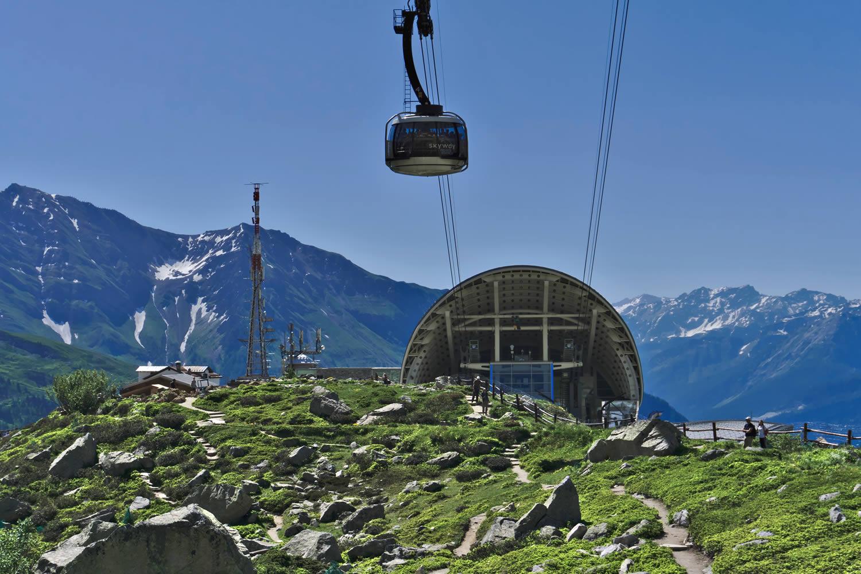 Il Giardino Alpino Saussurea è il più alto d'Europa: 2175 metri sul livello del mare. Prende nome dal fiore Saussurea alpina, chiamata così in onore dello scienziato ginevrino Horace Bénédict de Saussure, il promotore della prima ascesa al Monte Bianco nel 1786.
