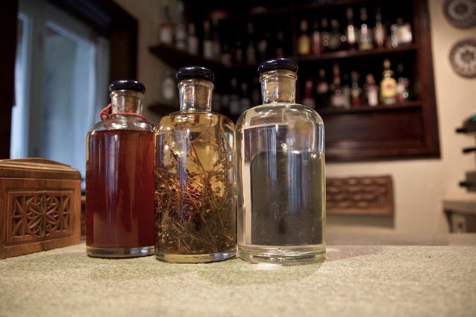 Nous produisons certaines des liqueurs que nous proposons chez nous à partir d'herbes alpines de nos vallées.