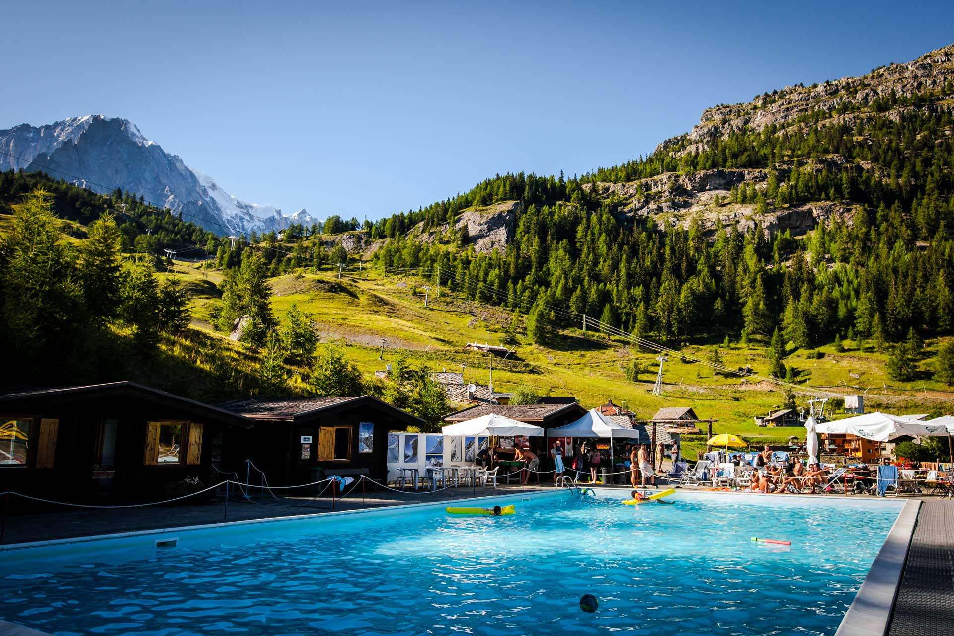 The highest heated alpine pool in Europe. Dive into the heart of the Alps, swim letting your gaze reach the summit of Mont Blanc.