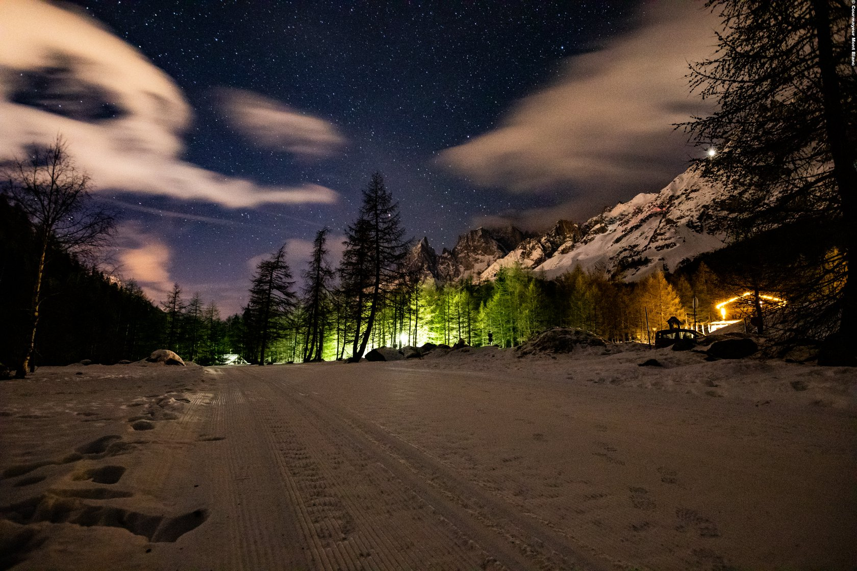La Val Ferret offre emozioni uniche anche di sera, passeggiando con le ciaspole al chiaro di luna.