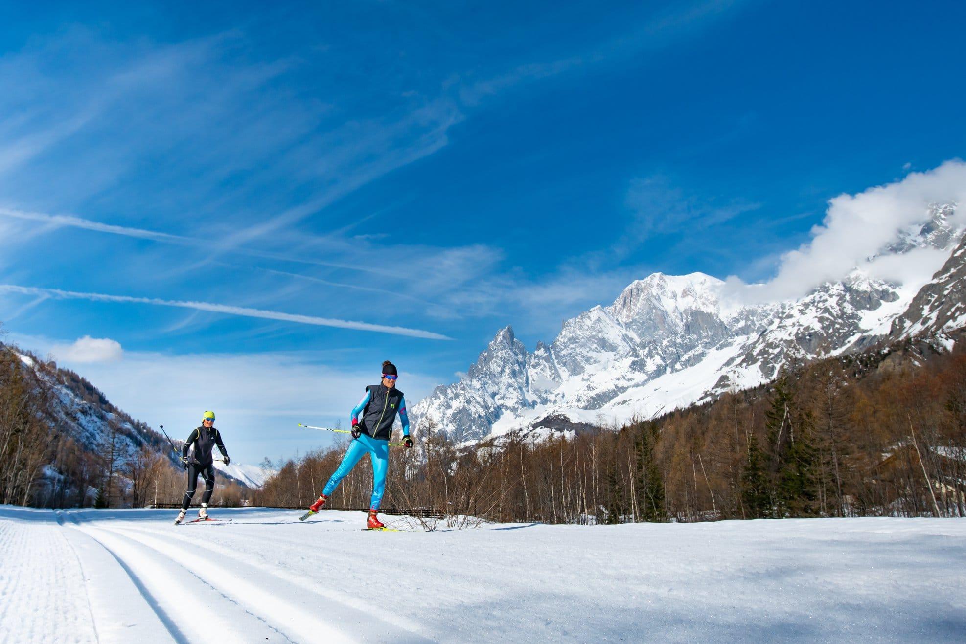 Per gli appassionati dello sci di fondo la Val Ferret a Courmayeur offre 22 chilometri di piste sempre tracciate e battute in uno scenario unico sul Monte Bianco.